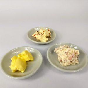 plato con mantequilla y dip